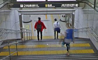 名古屋駅のホームへ続く階段