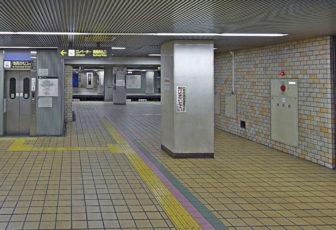 名古屋駅から市役所駅06-名城線のホームに向かう