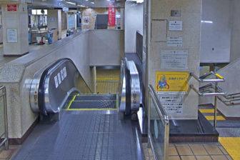 南西改札口のエスカレーターと階段