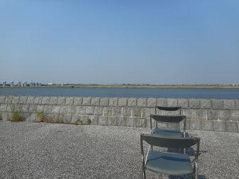 堤防上の椅子席