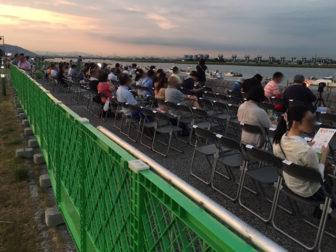 花火大会当日の「堤防上の椅子席」