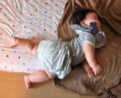寝返りをしている赤ちゃん01